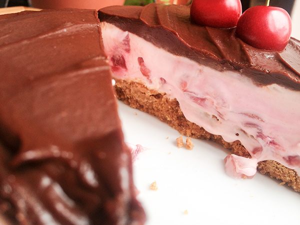 "tarta de queso con cerezas y chocolate que dice ""cómeme"""