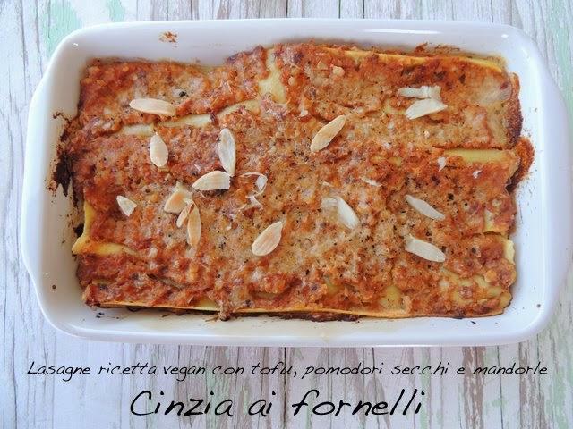 lasagne vegan con pomodori, tofu e mandorle