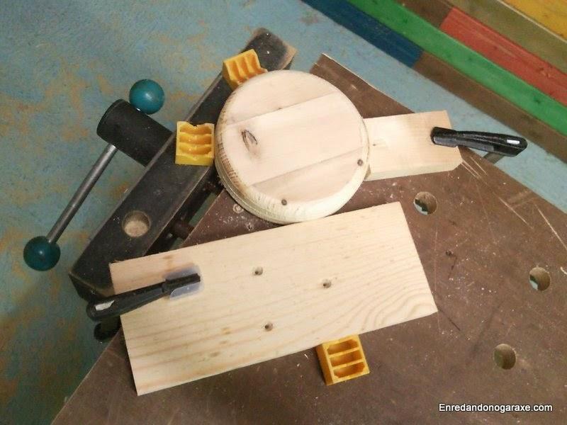 Tornillo de banco de carpintero sujetando la rueda. Enredandonogaraxe.com