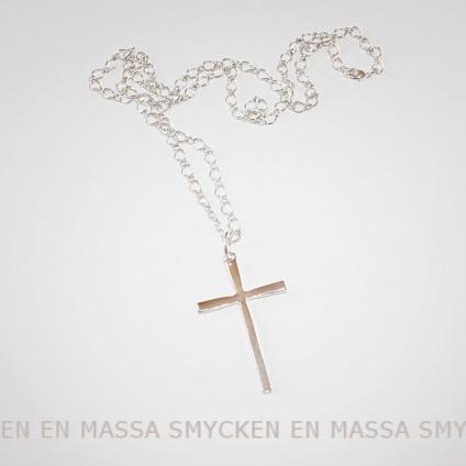 silverfärgat kors med kedja