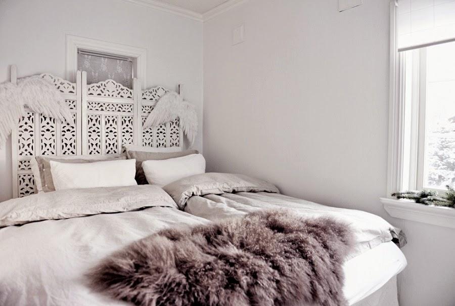 wystrój wnętrz, home decor, wnętrza, urządzanie mieszkania, scandi, nordic, styl skandynawski, święta, Boże Narodzenie, dekoracje świąteczne, białe wnętrza, sypialnia, skóra