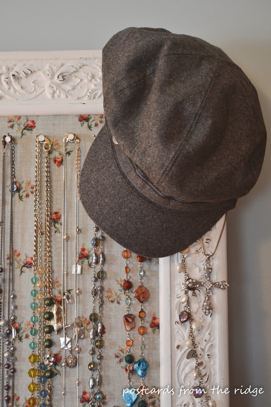 An old beat up frame turned into a jewelry board, plus other great ideas for jewelry organization. Love the hat, too!