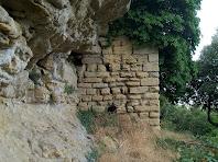 Murs esberlats per les heures en el camí d'accés al castell