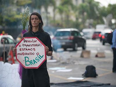 Protestos- desculpe o transtorne estamos mudando o brasil homem com placa