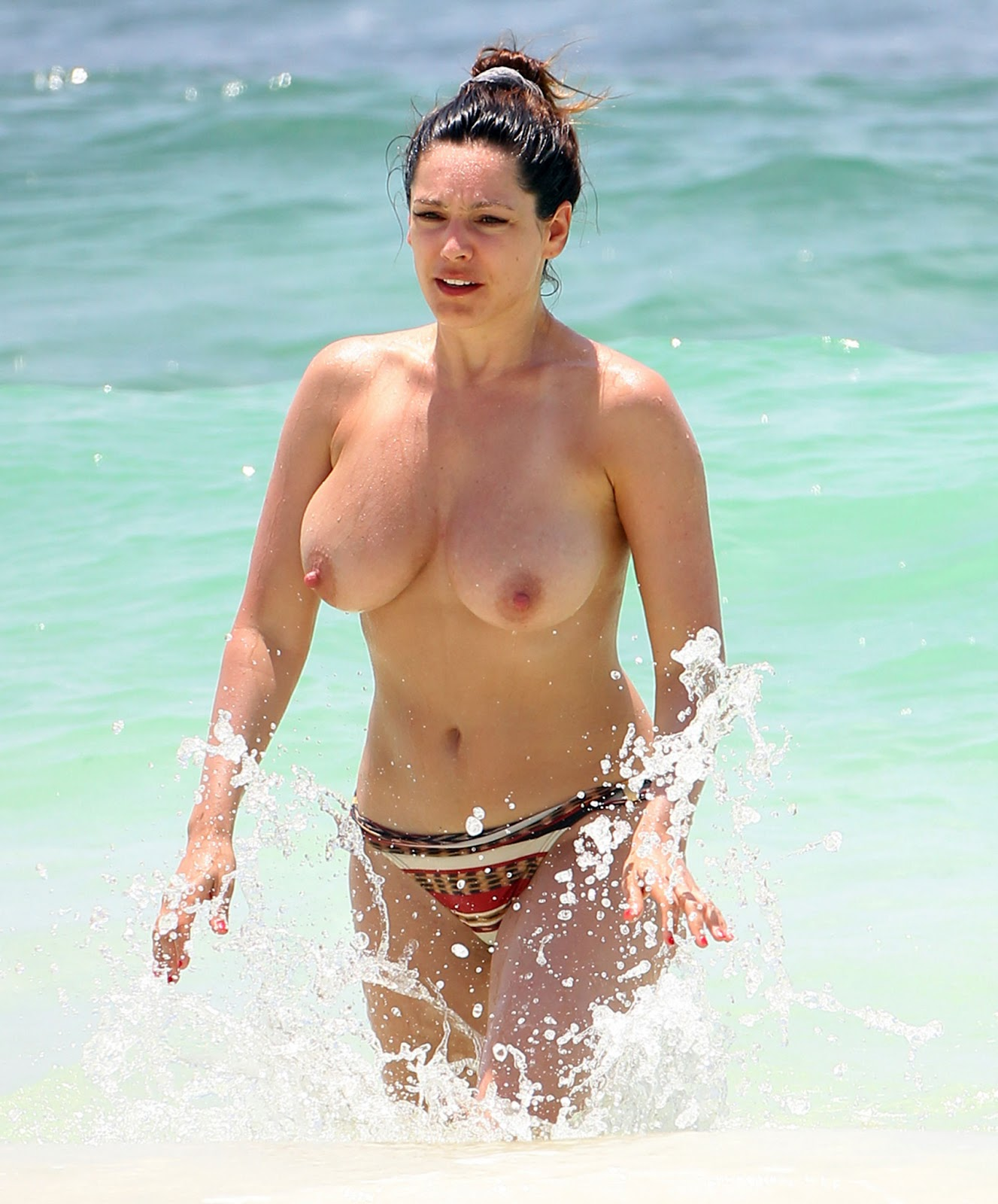 kelly brook telanjang dada di pantai cancun mexico jasmaniah