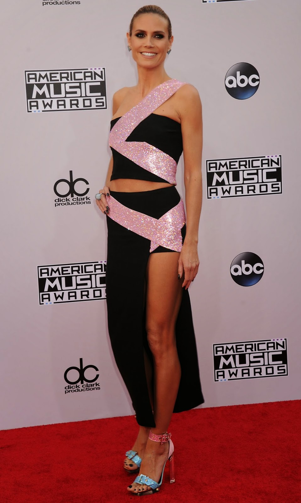 Heidi Klum shows off skin in a Versace dress at the 2014 American Music Awards