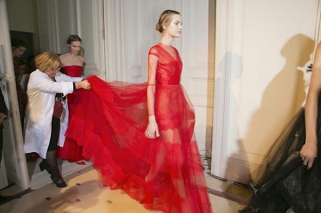 photographie backstage du défilé Valentino printemps été 2013 , somptueuse robe rouge transparente et dentelle rouge.