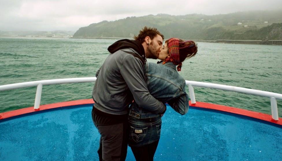 Clara Lago y Dani Rovira besándose
