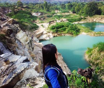 Pemandangan Telaga Biru dari atas tebing batu kapur.