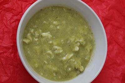 Zupa z cukinii i kalafiora z koperkowymi kluseczkami