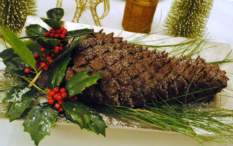 Sugar Waltz: 71/99: Holiday Pinecone Cake