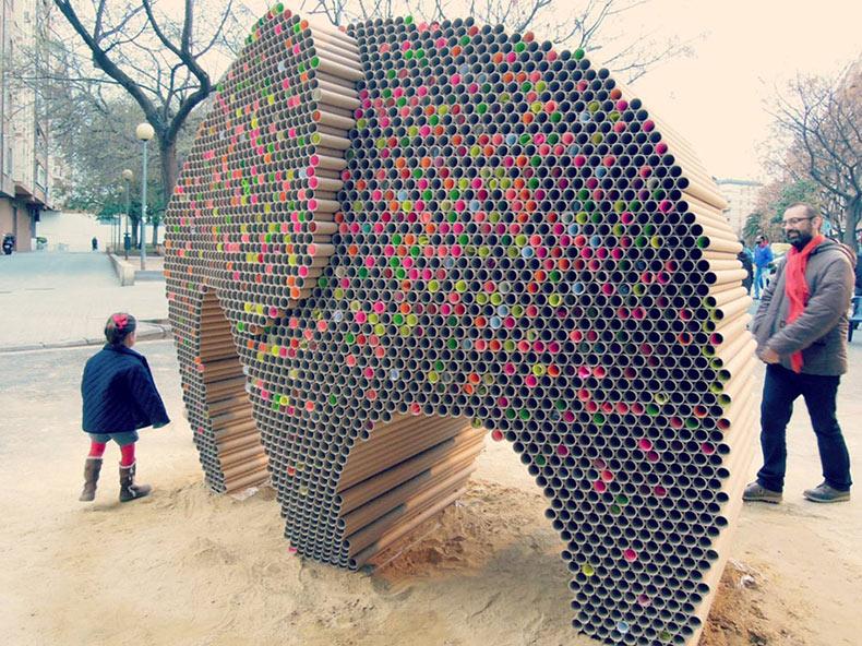 Artistas crean escultura de elefante a partir de 6000 tubos de cartón reciclado