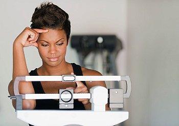 النساء يكتسبن الوزن بعد الزواج... والرجال يكتسبن الوزن بعد الطلاق - امرأة تزداد تكتسب وزن الميزان - woman-on-scale-making-face