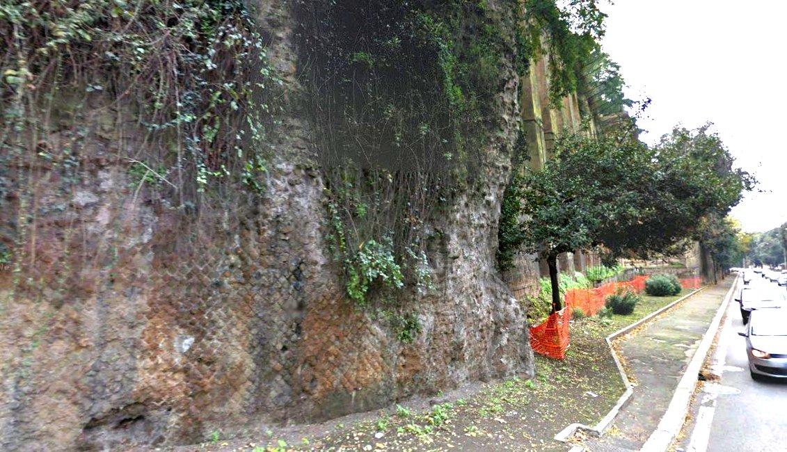 Il tratto parzialmente crollato del muro
