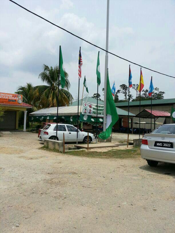 Pru13 bendera gergasi pas menyembah bumi setelah 5 kali takbir