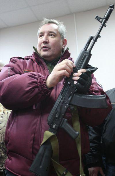 Wakil Perdana Menteri Dmitry Rogozin dengan AK