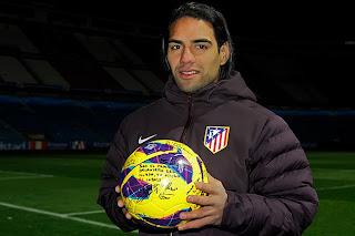 Falcao posa con el balón firmado por sus compañeros