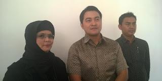 Direktur PT Tiga Rambu yang juga istri Iwan Fals, Rosana Virgianto (kiri), didampingi tim kuasa hukum Ichsan Perwira Kurniagung (tengah) dan Sugiarto (kanan), usai sidang perdata dugaan wanprestasi PT Airo Swadaya Stupa selaku promotor konser Kantata Barock, di Pengadilan Negeri Jakarta Barat, Rabu (18/11/2015)