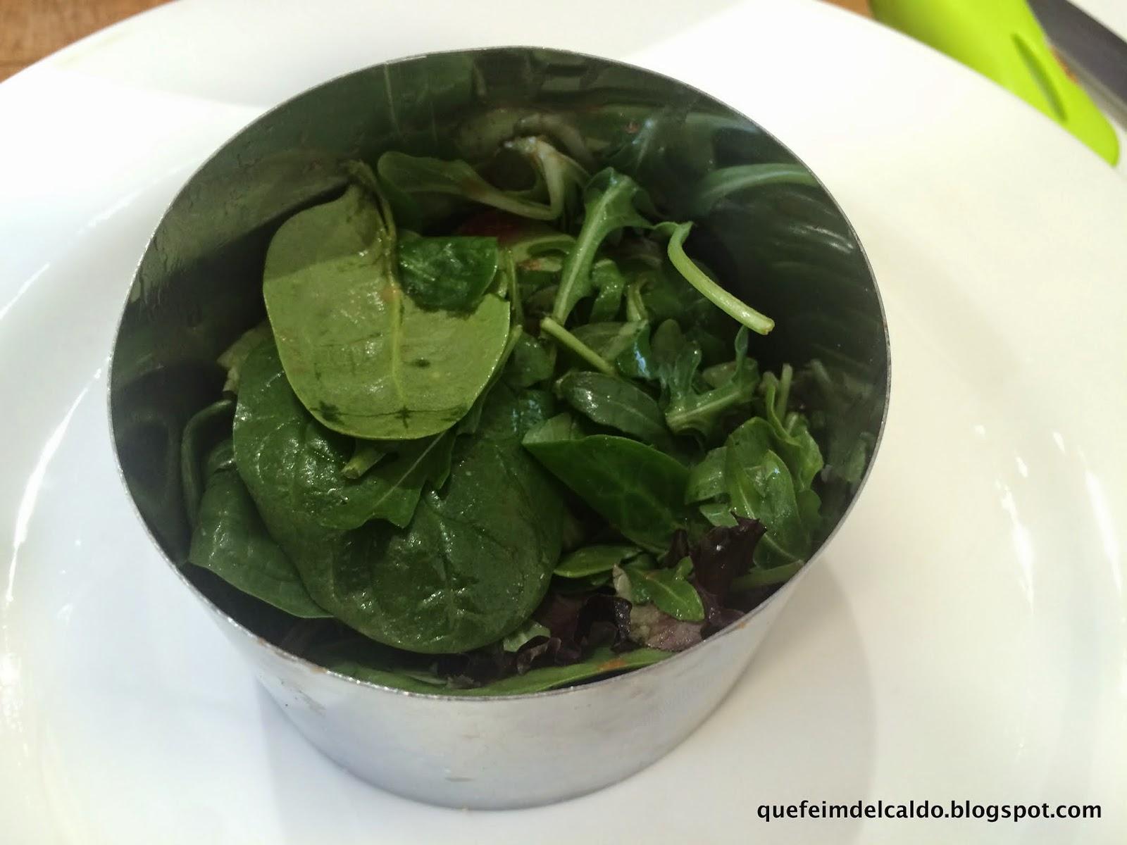 Ensalada verde con salmón ahumado y vinagreta de salsa de soja y manzana