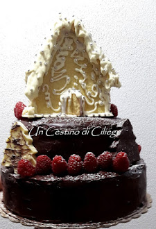 torta al cioccolato con casetta di pan di zenzero