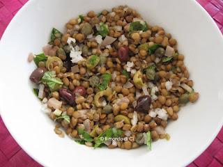 Insalata fredda di lenticchie, verdura fresca e sott'aceto