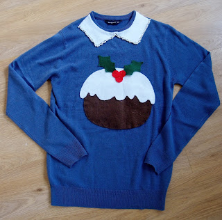 simple christmas pudding jumper using felt for the pudding and peter pan collar, embellished with beads