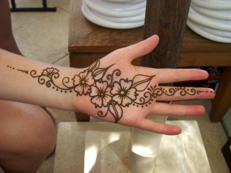Tattoos on the hand que la historia me juzgue for Where to get a henna tattoo near me