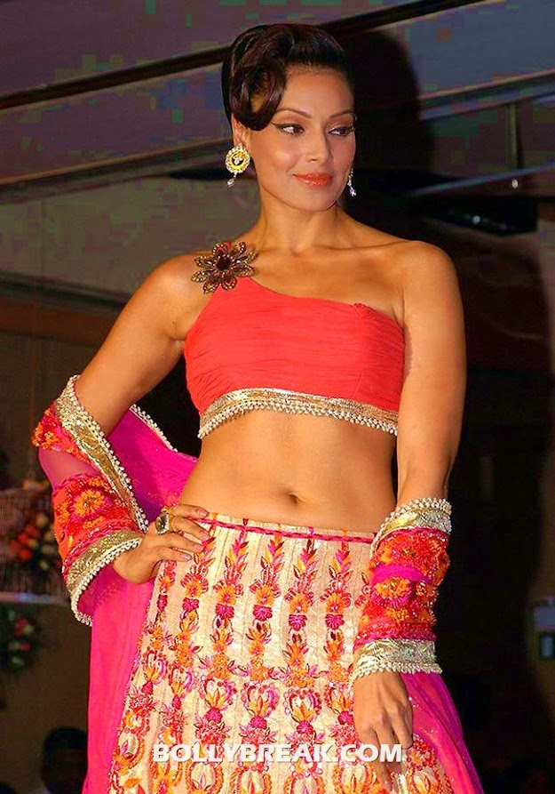 Bipasha basu in a traditional dress with hot navel showing  -  Bipasha Basu NEW photos
