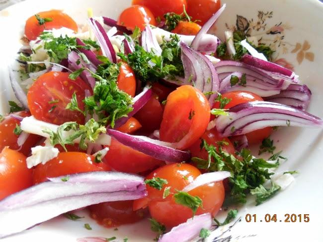 salata de rosii cu ceapa si patrunjel