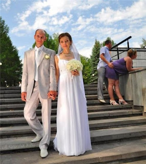 funny wedding picture: the man and the woman in the background dry humping