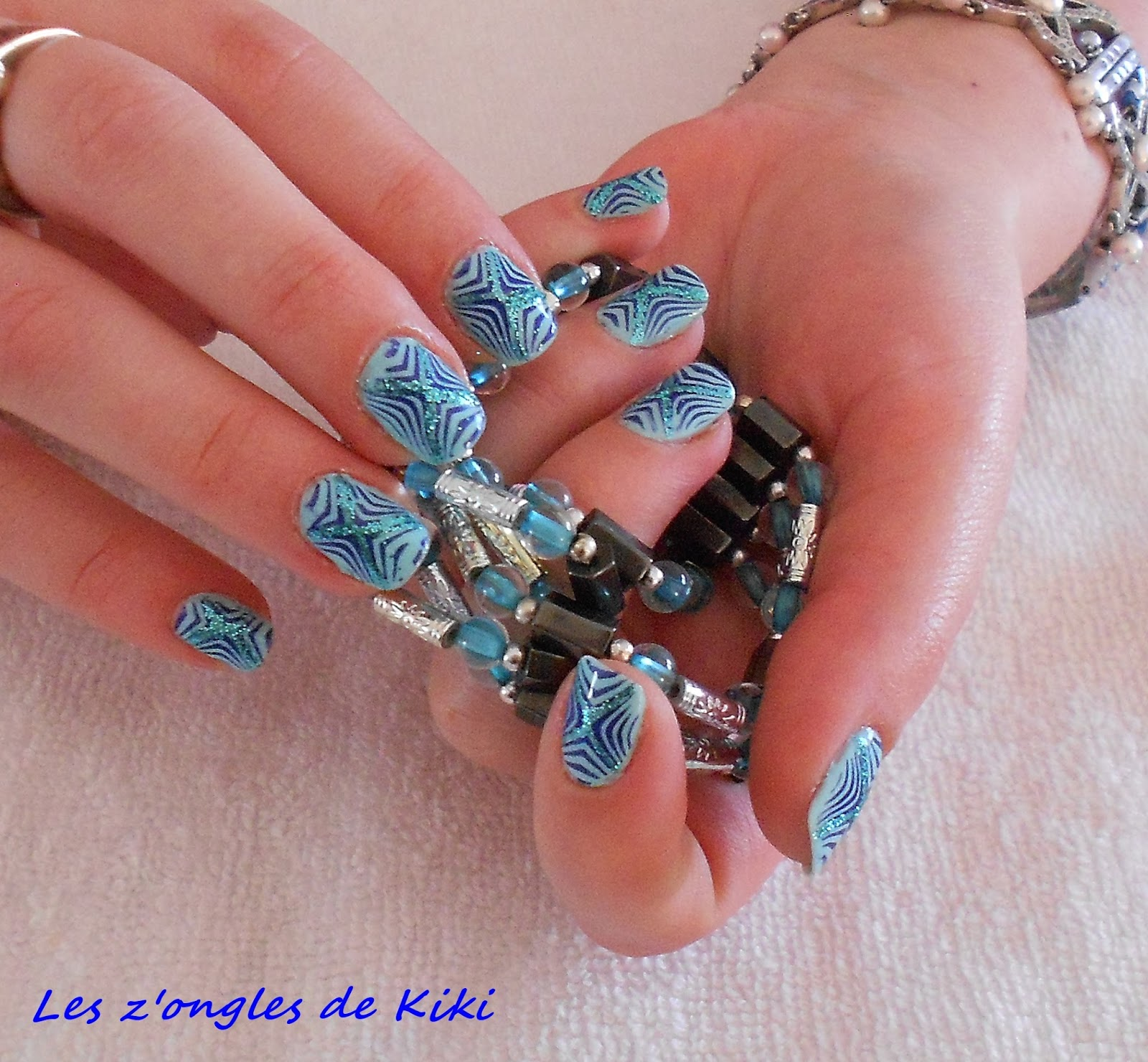 comment faire de jolis ongles stamping bleu les z 39 ongles de kiki. Black Bedroom Furniture Sets. Home Design Ideas