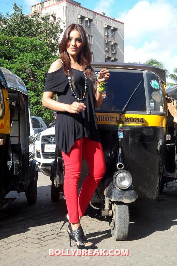 Bipasha Basu in red jeans black top - Hot Bipasha Basu promotes 'Raaz 3' with Auto Rickshaw Drivers