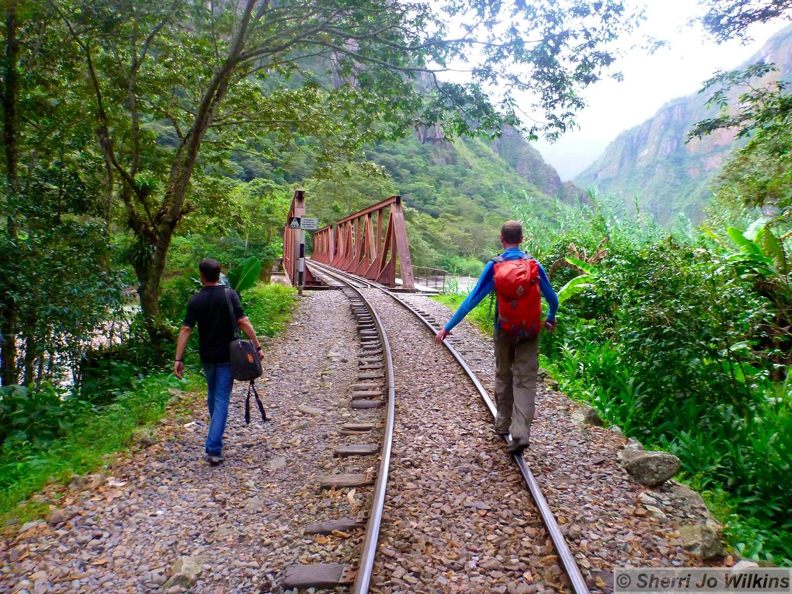 Afbeeldingsresultaat voor walk along railroad to aguas cal peru