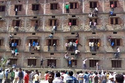 Δείτε γονείς να σκαρφαλώνουν τοίχους για να βοηθήσουν τα παιδιά τους να κάνουν 'σκονάκι'