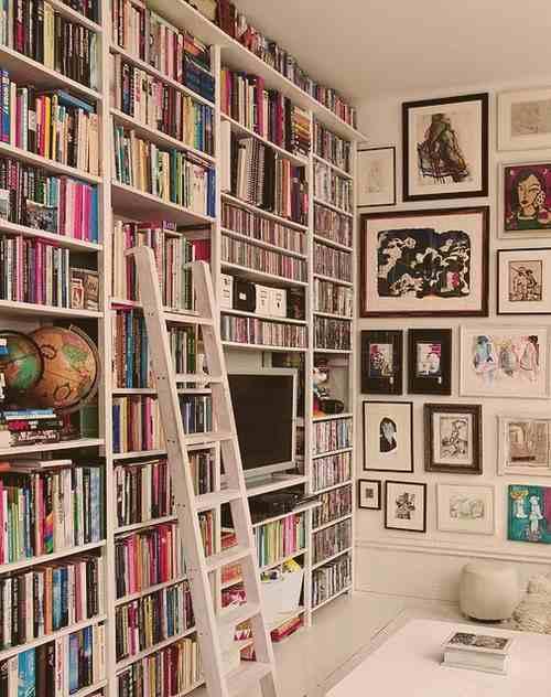 Regały na książki z drabinką, białe wnętrze, białe regały, globus jako dekoracja