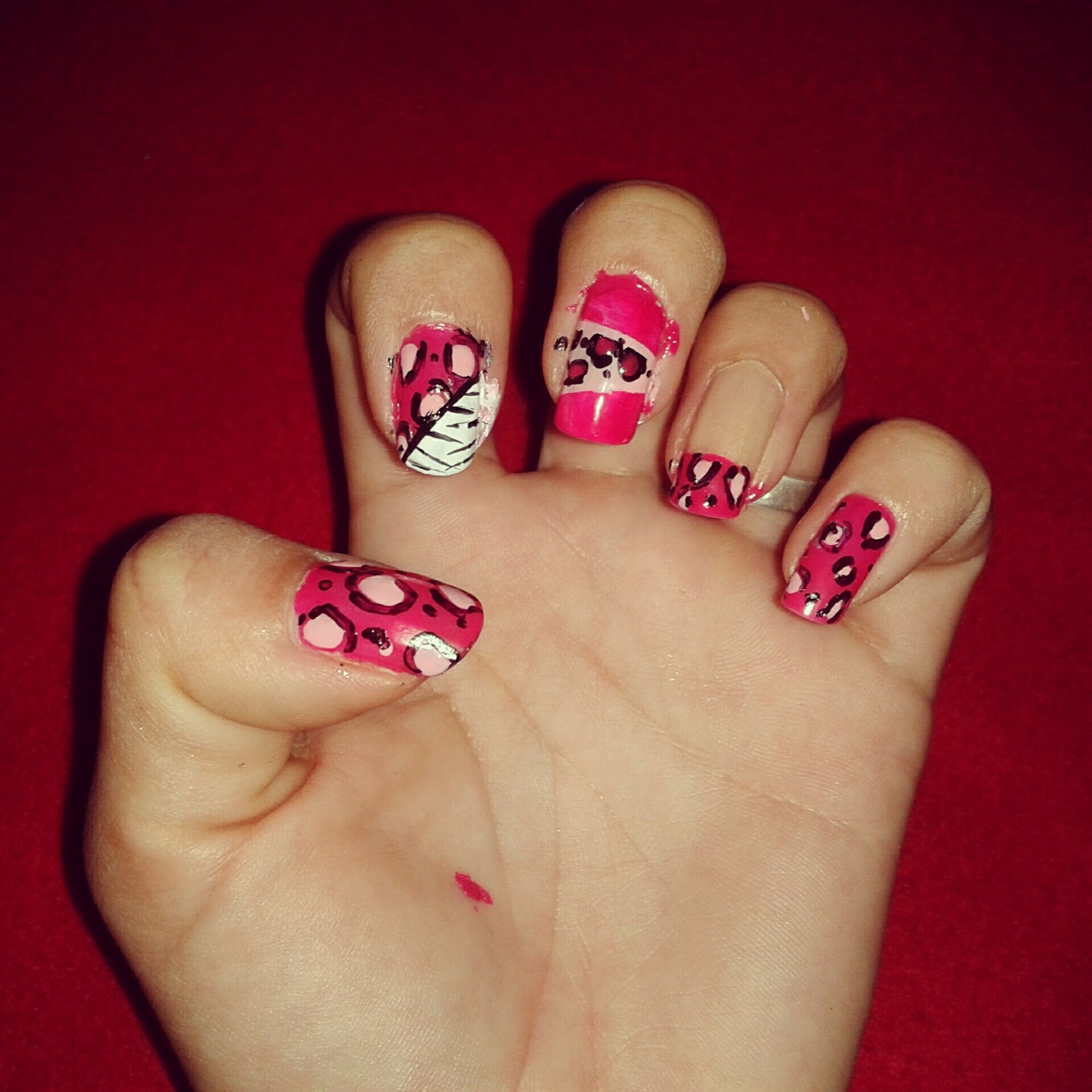 Confidencias de chicas: Decoración de uñas; animal print en rosa.