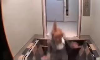 broma del elevador por el que cae la gente por un tobogán