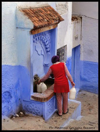 mujer en la fuente