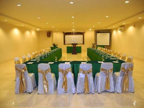 Terletak Di Kawasan Wisatawan Prawirotaman Hotel Grand Rosela Menawarkan Kamar Dengan Wi Fi Gratis Dan TV Kabel Tersedia Sebuah Spa Layanan