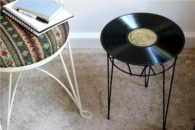mesa con disco de vinilo