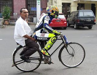 ... yang naik sepeda di suruh mengenakan pakaian lengkap seperti Foto Lucu