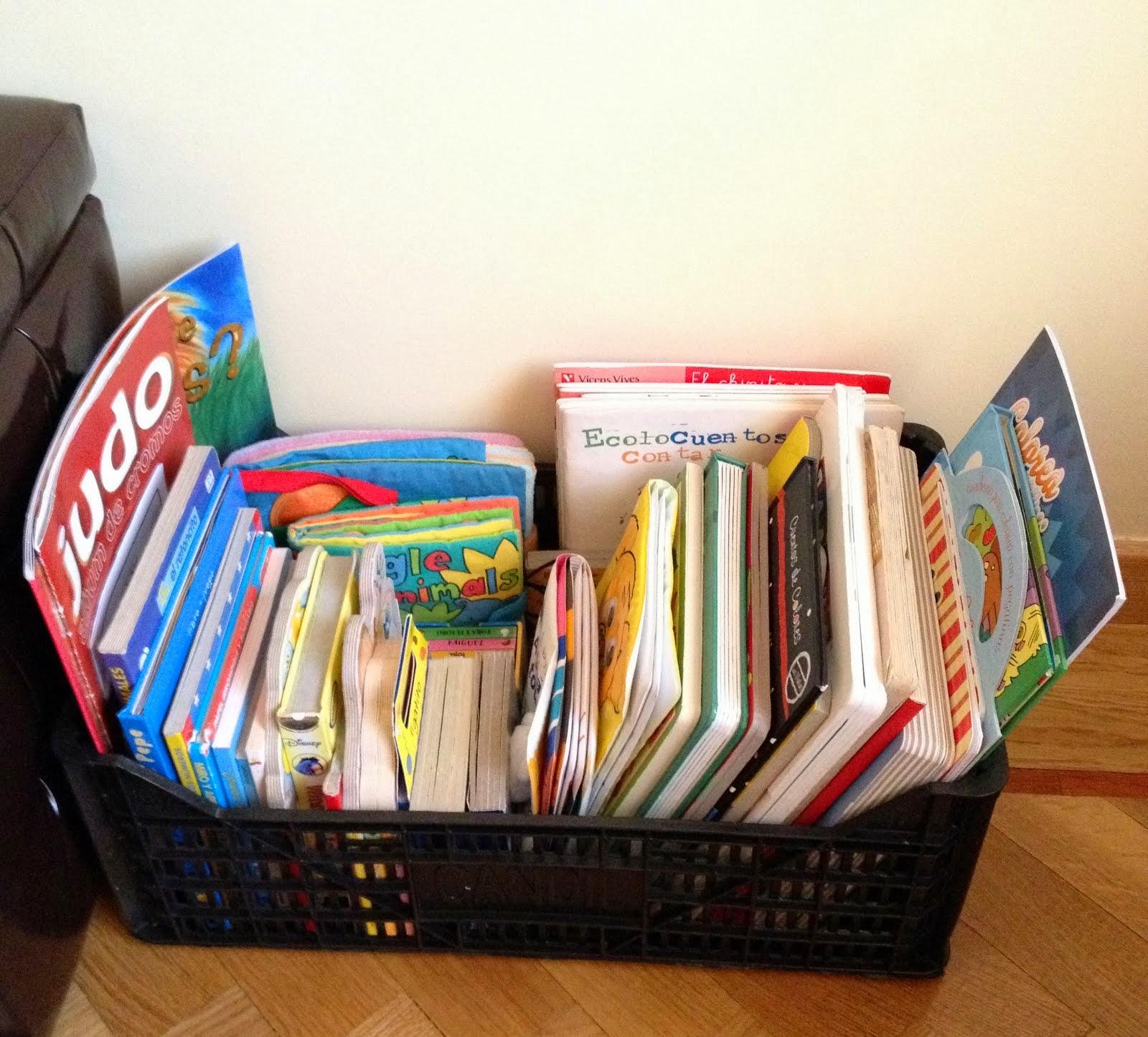 Librería para los cuentos con una caja de frutas