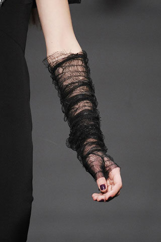 Дата: 13.09.2011 Добавил: admin_admin. и кожаные перчатки, похожие на нарукавники.  350x525 www.clubcore.ru.