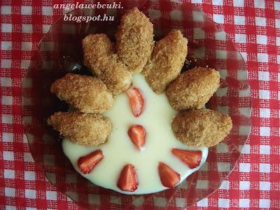 Hamis túrógombóc vanília pudinggal, túró nélküli sütemény, fahéjas zsemlemorzsában megforgatva, eper darabokkal tálalva.