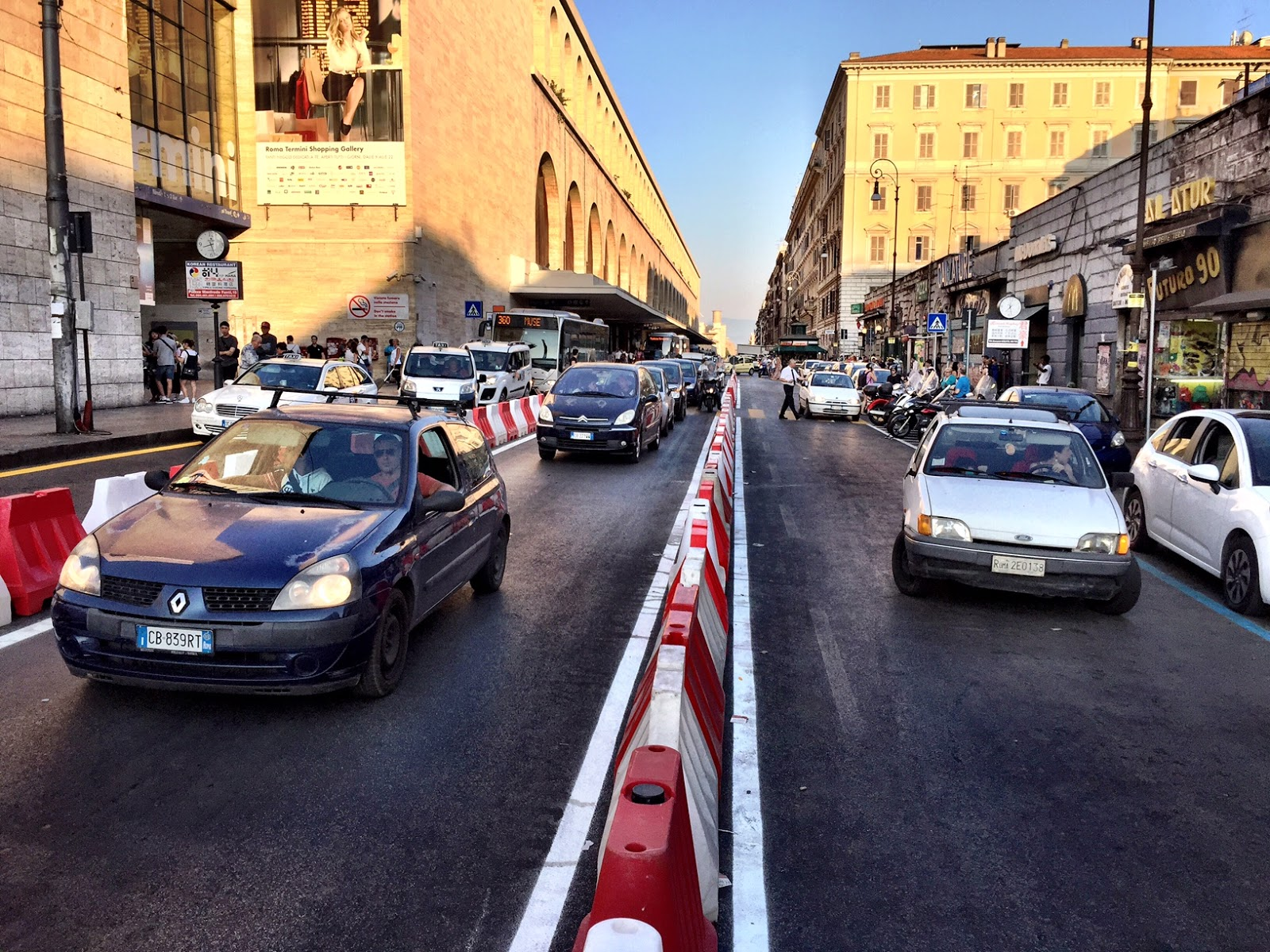 Roma fa schifo videoreportage come funziona la nuova via for Arredo urbano roma