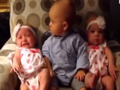 video lucu bayi kebingungan di apit bayi kembar