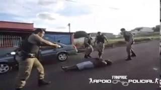 Policiais usam Taser e imobilizam homem descontrolado