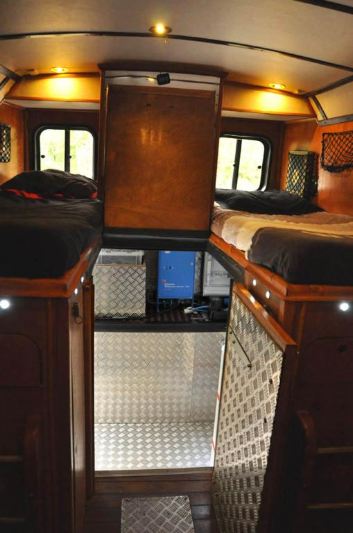 Le camping car passe partout car transform en camping car for Interieur estafette