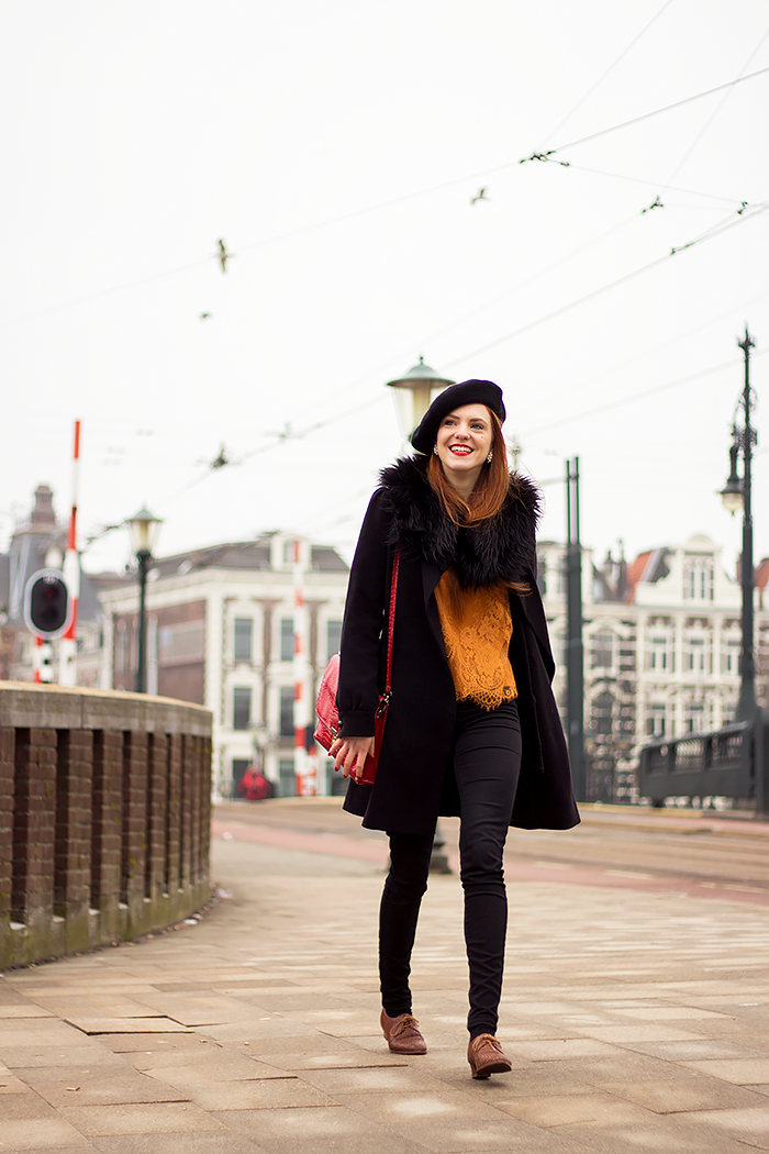 Fashion blogger casual vintage style outfit in Amsterdam