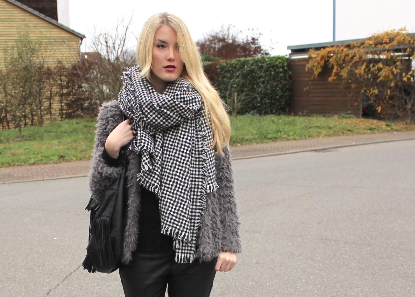 TheBlondeLion Outfit Felljacke Mango Schal Hahnentritt Fransentasche Lederhose